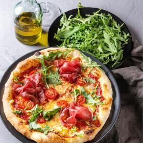 Une pizza délicieuse et assurément plus légère qu'une 4 fromages, avec sa salade intégrée ! L'essayer c'est l'adopter.  L'abus d'alcool est dangereux pour la santé. À consommer avec modération. · · · #lesavour #levinquivabien #vin #winetime #recette #recettefacile #pizza #accordmetsvins  #vinrouge #vinfrancais #vindefrance #vinbeaujolais #madeinfrance #france